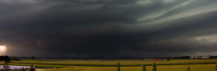 dunkle Wolken ziehen auf